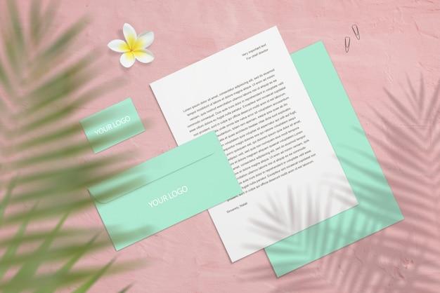 Брендинг макет с визитками, письмо с цветком и пальмовыми тенями Premium Psd