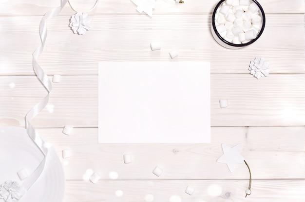 Рождество с макетом карты и белые украшения на деревянный стол Premium Psd