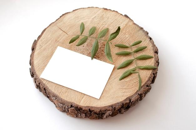 ピスタチオの葉を持つ木製のつばに文房具カードモックアップ Premium Psd