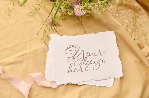 紙カードと野生の花の結婚式のフラットレイアウトモックアップ Premium Psd