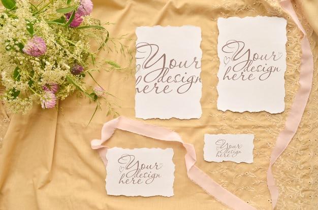 結婚式の招待カードセット。花とリボンのモックアップテンプレートのコラージュ。 Premium Psd