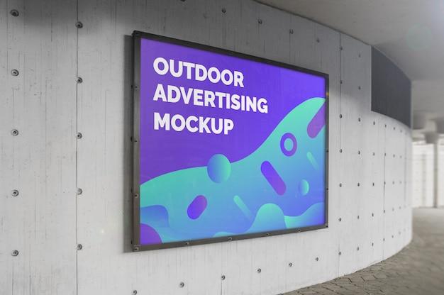 Макет улицы города наружной рекламы горизонтальный рекламный щит в черной рамке на бетонной стене Premium Psd
