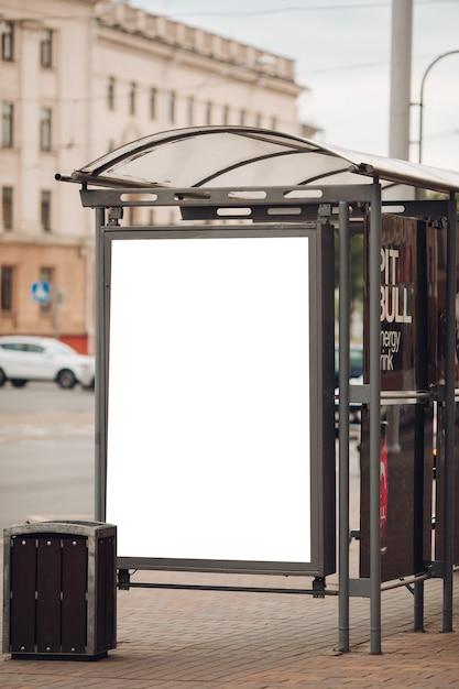 市内中心部の広い通りに沿って設置された、興味深い情報と広告が掲載された大きな看板 無料 Psd