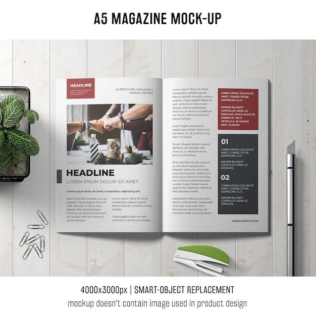 테이블에 a5 잡지 모형 무료 PSD 파일