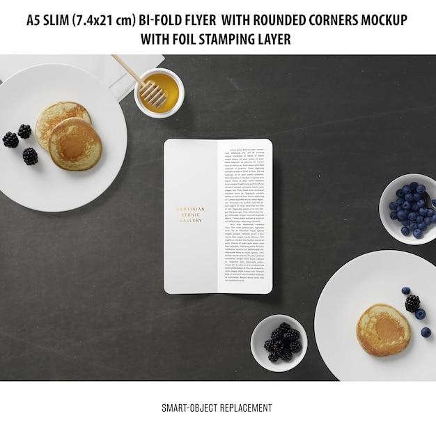 A5 slim bi-fold flyer 목업 무료 PSD 파일
