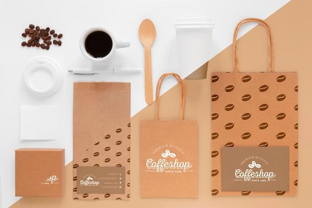 上から見たコーヒー豆とブランディングアイテム 無料 Psd