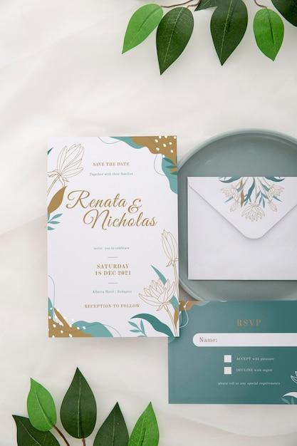 Выше вид свадебного приглашения с листьями Бесплатные Psd