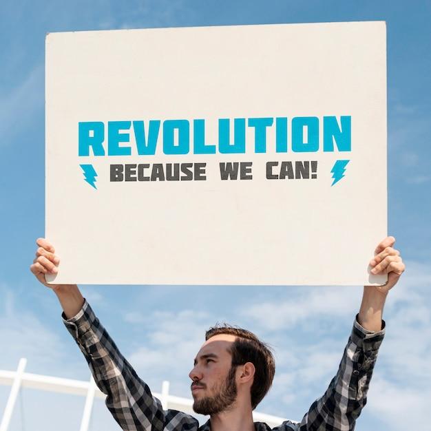 Активист держит макет доски Бесплатные Psd