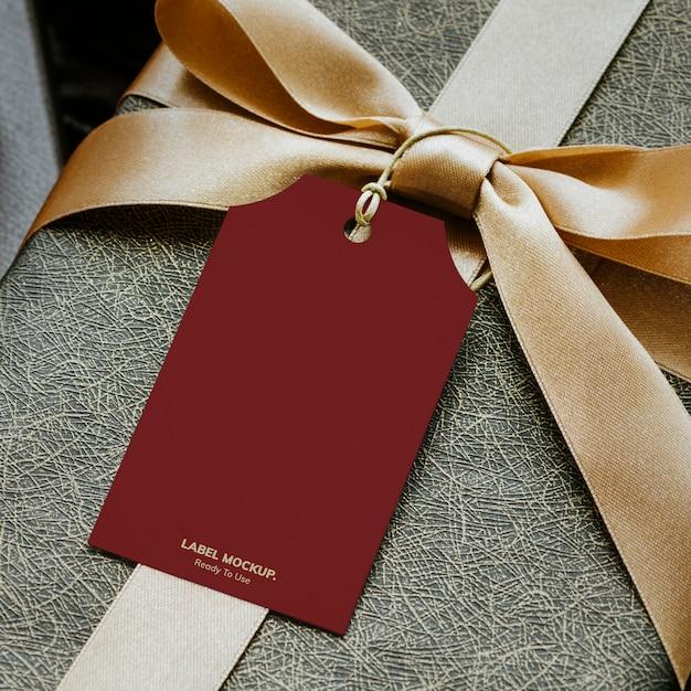 Vista aerea della confezione regalo con un mockup di tag Psd Gratuite