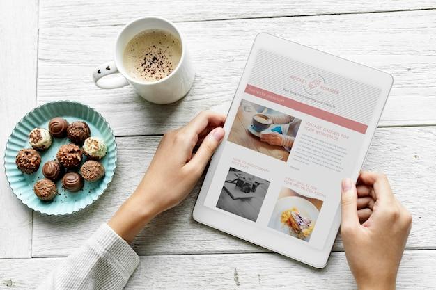 Аэрофотосъемка женщины, использующей цифровой планшет и закуски Бесплатные Psd