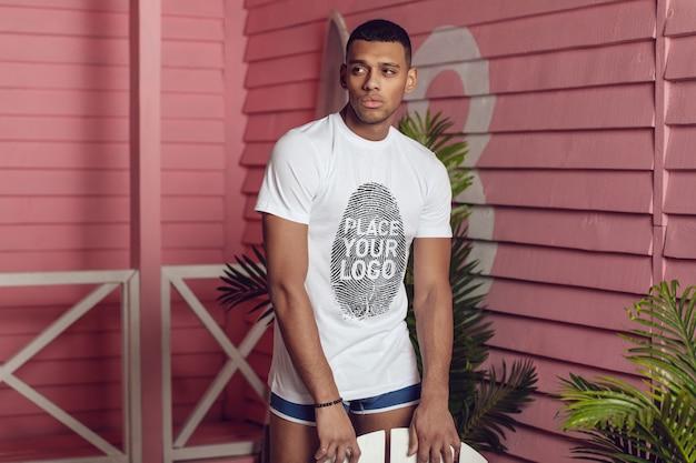 아프리카 남자 티셔츠 목업 프리미엄 PSD 파일