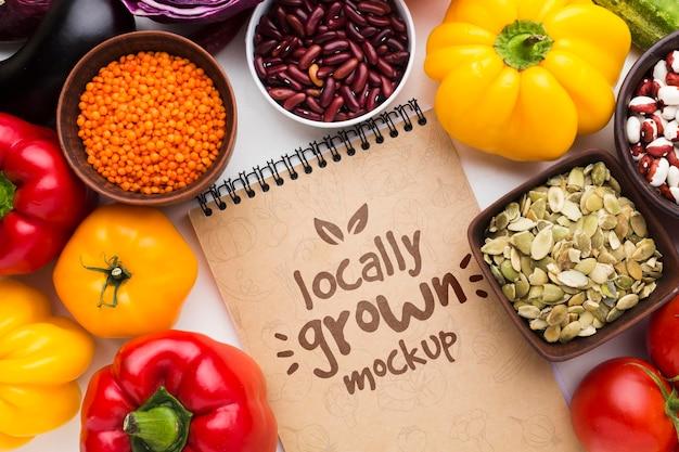地元産の野菜のモックアップとメモ帳の配置 無料 Psd