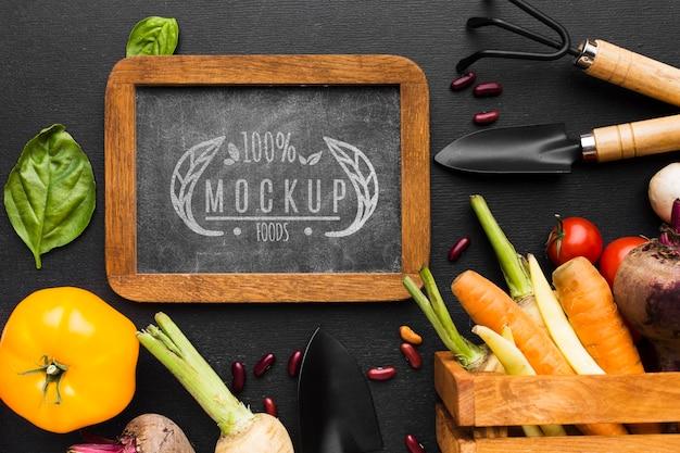 ツールの配置と地元で栽培された野菜のモックアップ 無料 Psd
