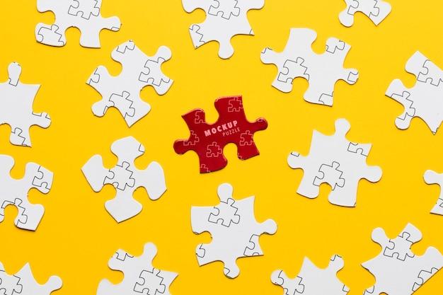 Disposizione con i pezzi del puzzle su sfondo giallo Psd Gratuite