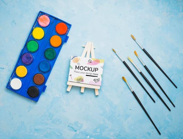 キャンバスのモックアップと水彩画のアーティストコンセプトの品揃え 無料 Psd