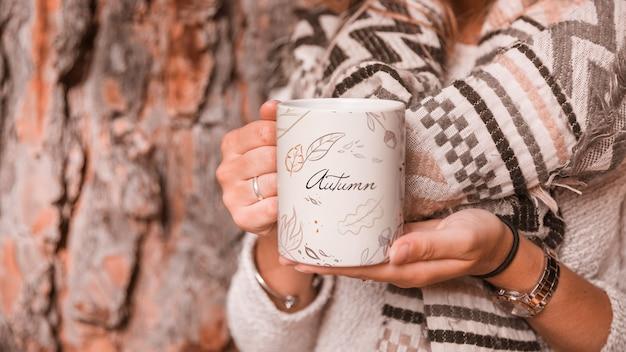 マグカップを持つ女性と秋のコンセプト Premium Psd