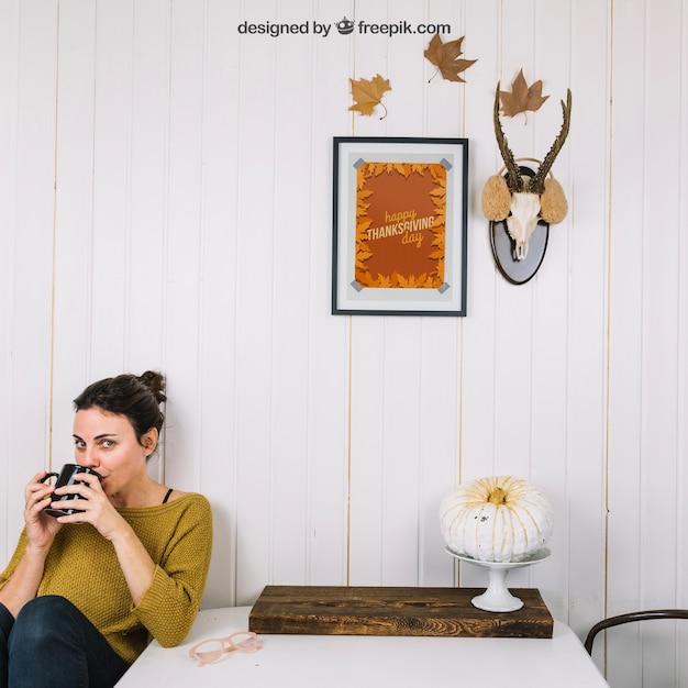 Осенний макет с питьевой женщиной Бесплатные Psd
