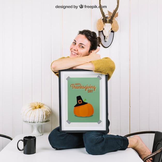 Осенний макет с счастливой женщиной и рамкой Бесплатные Psd