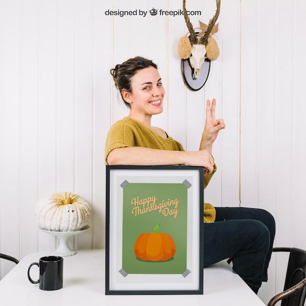 Осенний макет с женщиной и рамкой на столе Бесплатные Psd