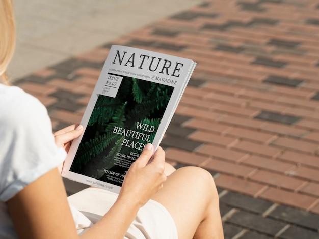 Вид сзади руки держат макет книги природы Бесплатные Psd