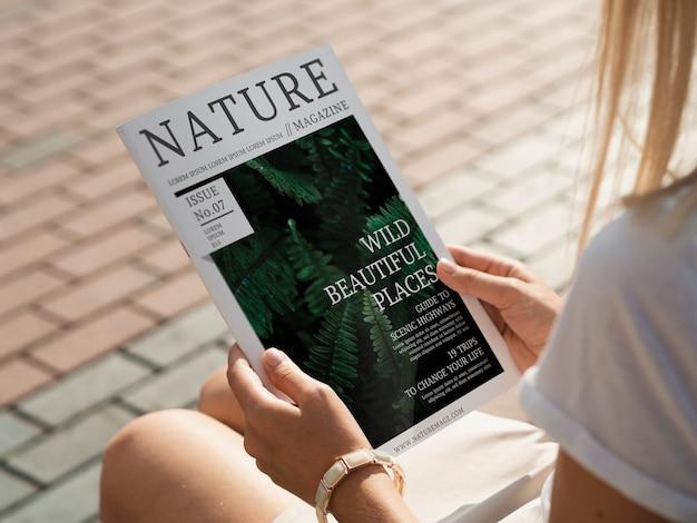 자연 잡지를 들고 다시보기 손을 모의 무료 PSD 파일