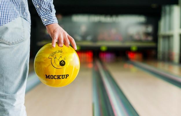 Vista posteriore dell'uomo che gioca a bowling Psd Gratuite