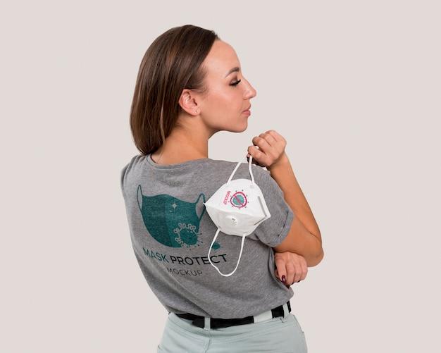 Вид сзади женщины, держащей маску через плечо Бесплатные Psd