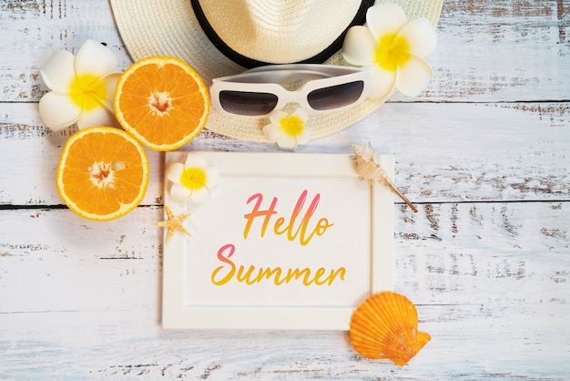 Beach accessories, orange, sunglasses, hat and shells Premium Psd