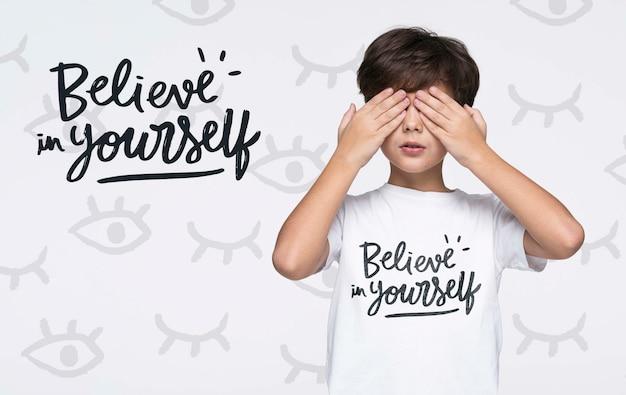 Верьте в себя молодой симпатичный макет мальчика Бесплатные Psd
