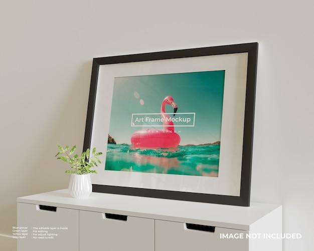 白い食器棚の上に大きな水平アートフレームポスターモックアップ Premium Psd