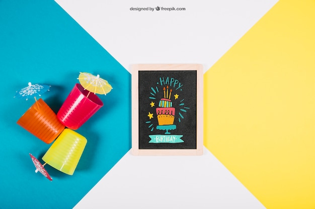 Birthday mockup with slate and plastic cups Free Psd