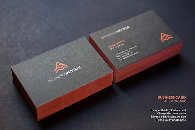 검은 색 표면에 카드의 검은 명함 모형 더미 프리미엄 PSD 파일