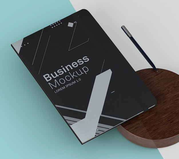 Black notebook and wooden board high view mock-up Premium Psd