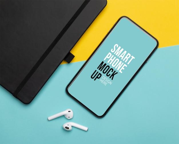 Черный смартфон с экраном и беспроводными наушниками и ноутбуком Premium Psd