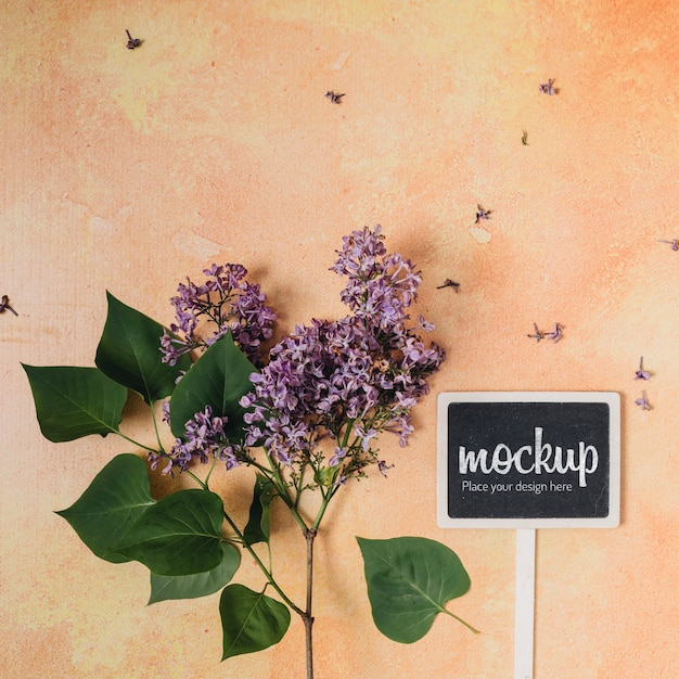 美しい花と黒板のモックアップ 無料 Psd