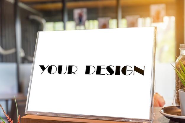 커피 숍에서 빈 전단지 이랑 유리 플라스틱 투명 홀더 포스터 디스플레이 프리미엄 PSD 파일