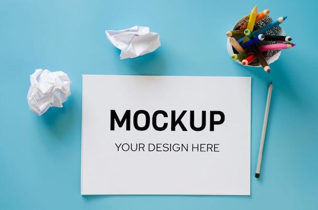 空白のノートブック、カラフルな鉛筆のセット、しわくちゃの紙。用紙の背景。 Premium Psd