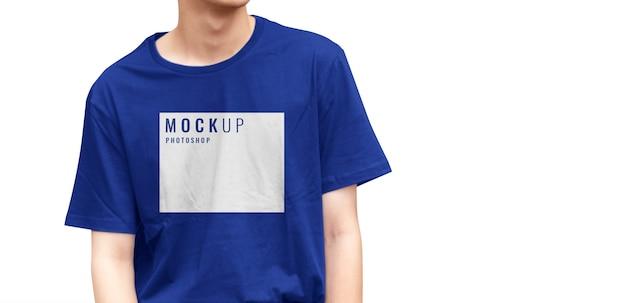 현실적인 모델이있는 파란색 티셔츠 모형 프리미엄 PSD 파일