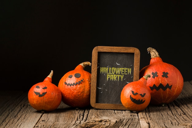 Board with halloween message and pumpkins Free Psd