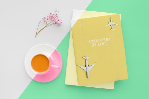 커피 한잔과 함께 책 표지 모형 구성 무료 PSD 파일
