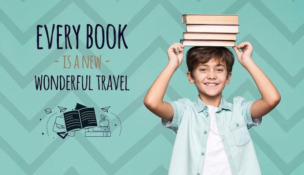 Книги о путешествиях молодой милый мальчик макет Бесплатные Psd