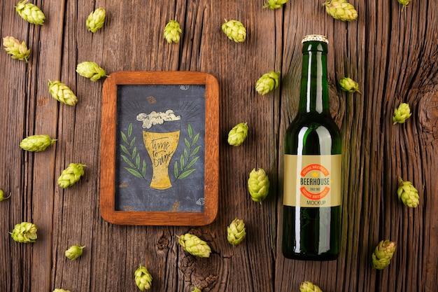 Bottiglia di birra con segno lungo sul tavolo Psd Gratuite
