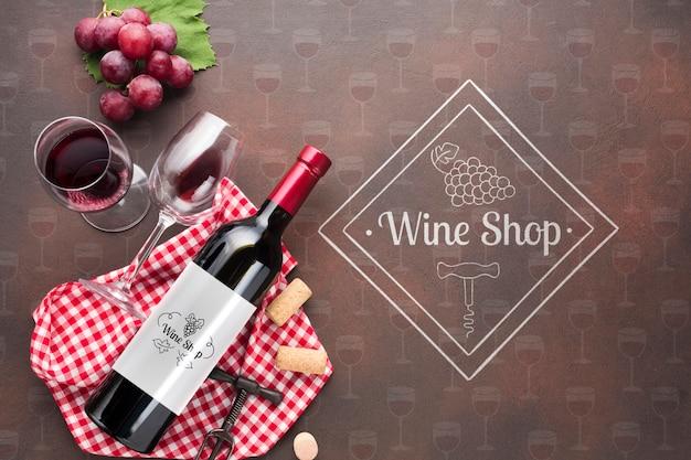 Бутылка вина и бокал на столе Premium Psd