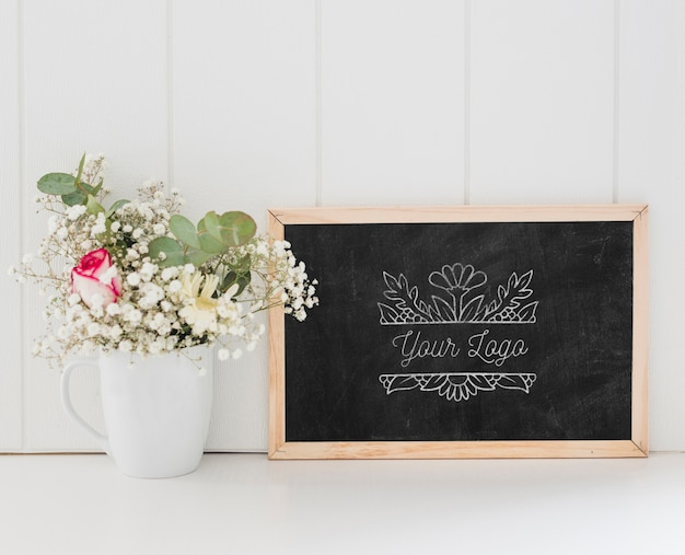 Bouquet of flowers and chalkboard mock-up Free Psd