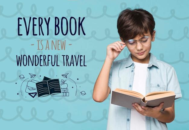Мальчик читает из книги макет Бесплатные Psd