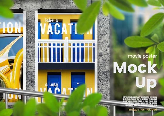 コンクリートの壁に緑豊かなオーバーレイを備えた明るい屋外吊り映画ポスターモックアップ Premium Psd