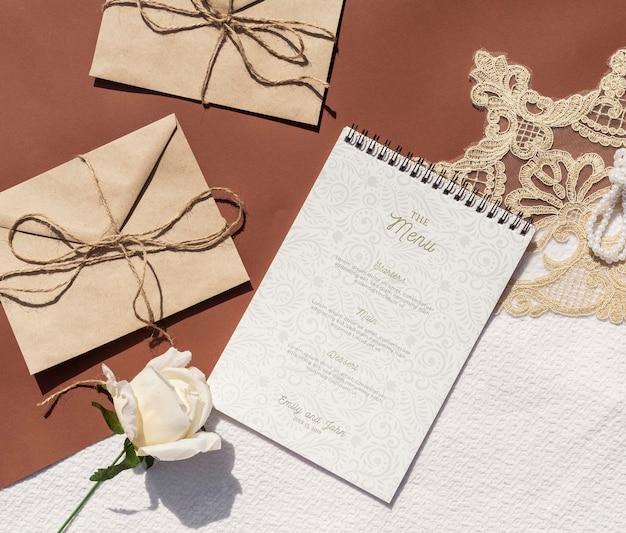 Коричневые бумажные конверты с розой и блокнотом Бесплатные Psd