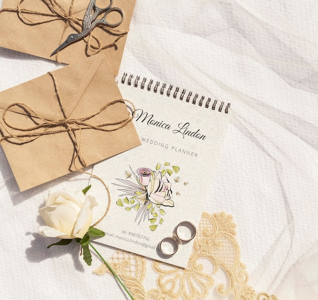 Brown paper envelopes with wedding rings and rose Free Psd