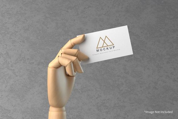 Визитная карточка в деревянной руке макет Premium Psd