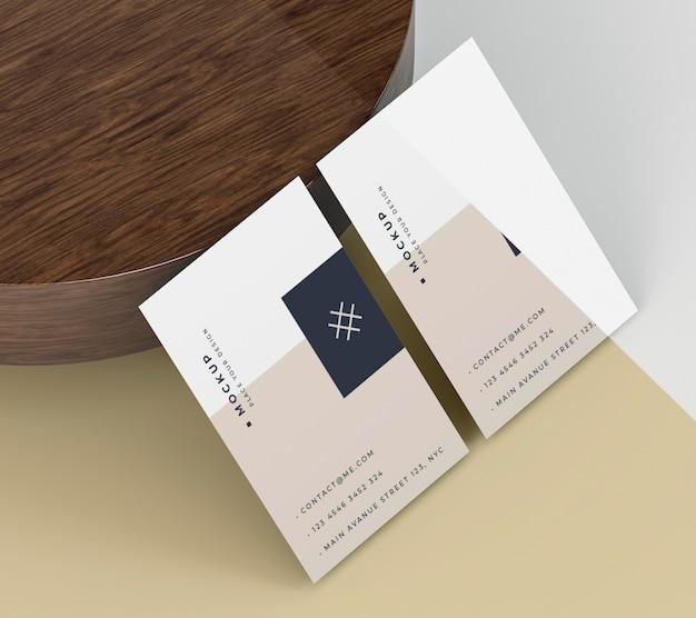 Макет визитной карточки, опираясь на деревянную доску Premium Psd